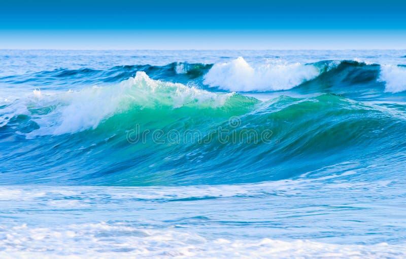 Céu azul e ondas costais