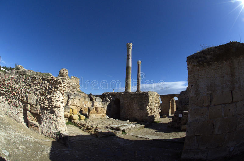 Céu azul e ruínas em Carthage, Tunísia imagens de stock royalty free