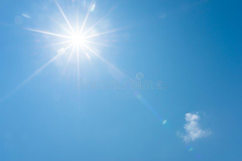 Céu azul e sol brilhante imagens de stock royalty free