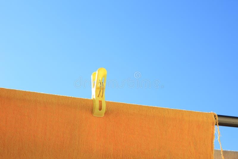 Céu azul e toalha amarela foto de stock