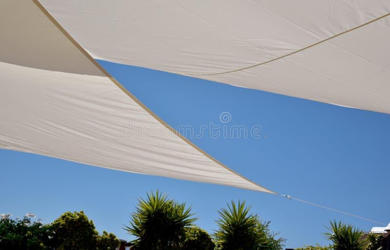 Céu azul e toldo para o sol fotos de stock royalty free