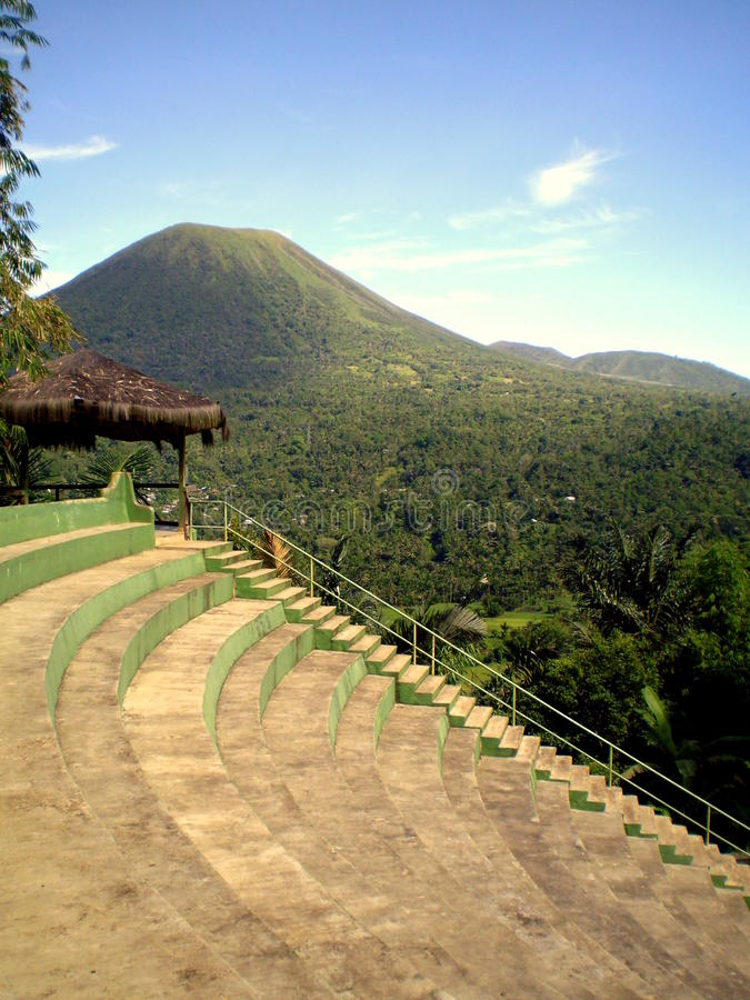céu azul e vulcão de Lokon, Tomohon Indonésia fotos de stock royalty free