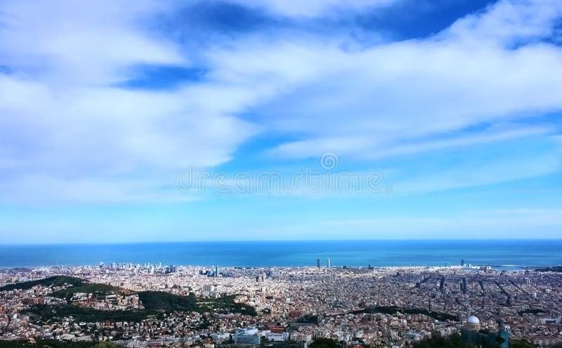 céu azul mágico sobre uma paisagem urbana panorâmico do conceito da cidade fotos de stock royalty free