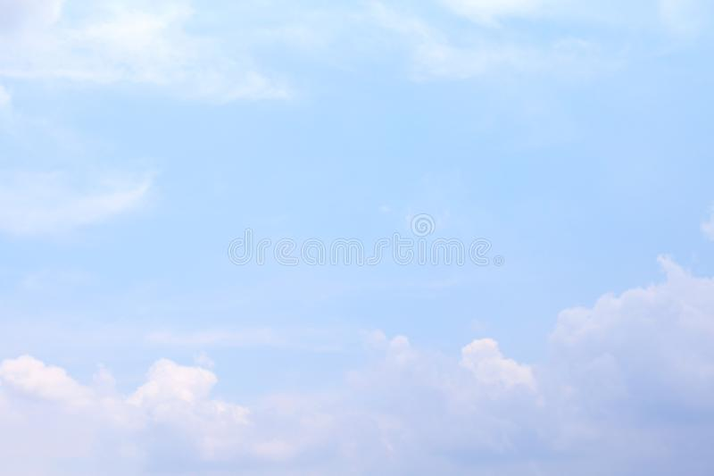 Céu, céu azul macio claro, nuvens macias do céu branco azul bonito foto de stock