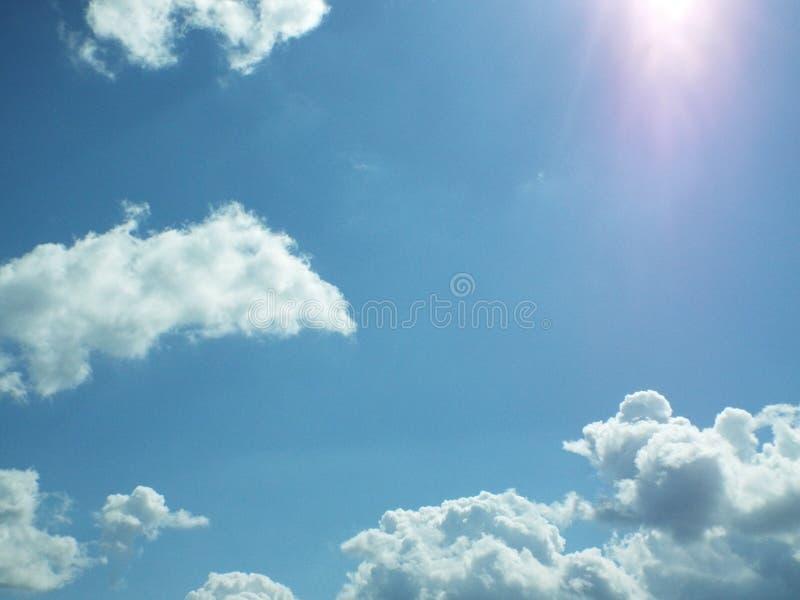 céu azul, nuvens, sol, luz, brilho fotografia de stock