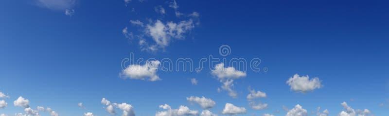 Céu azul panorâmico com nuvens brancas fotografia de stock