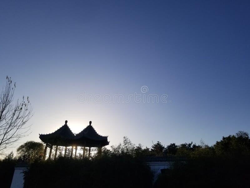 Céu azul, por do sol, pavilhão pequeno foto de stock