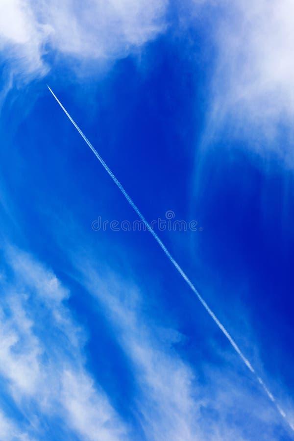 Céu azul profundo com megapixels de alta qualidade das nuvens cinqüênta imagens de stock
