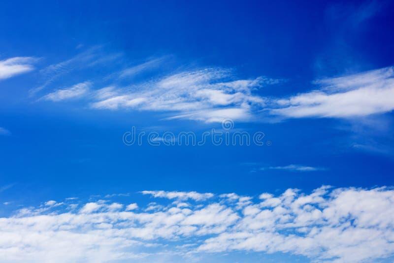Céu azul profundo com megapixels de alta qualidade das nuvens cinqüênta imagem de stock