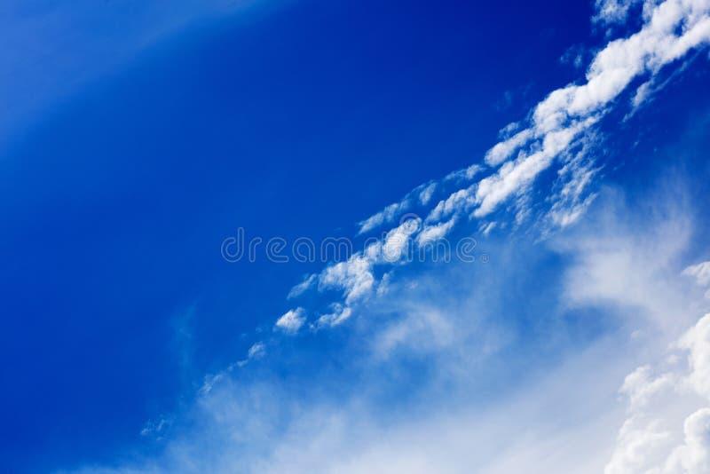 Céu azul profundo com megapixels de alta qualidade das nuvens cinqüênta fotografia de stock royalty free