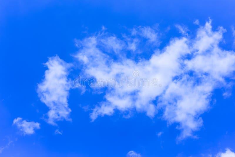 Céu azul profundo com nuvem fotos de stock