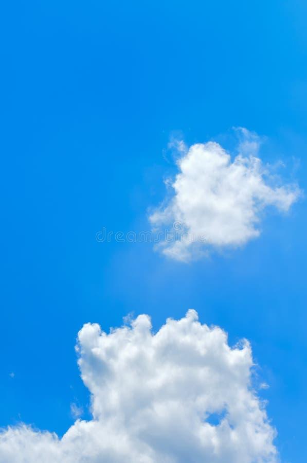 Céu azul profundo com nuvem fotos de stock royalty free