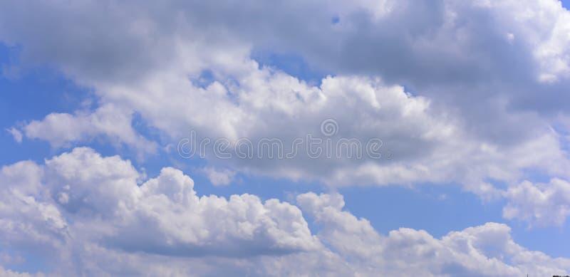 Céu azul profundo com nuvem imagens de stock royalty free