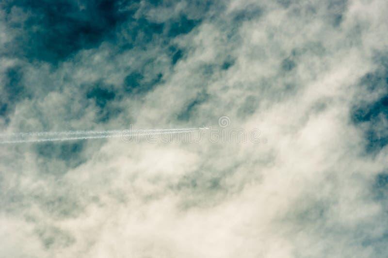 Céu azul profundo com nuvens fotografia de stock