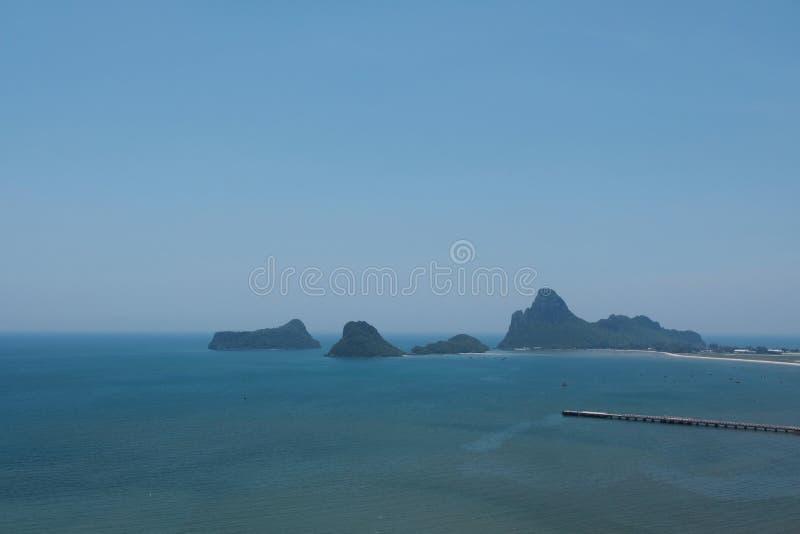 Céu azul sobre a luz - mar azul em do sul de Tailândia foto de stock royalty free
