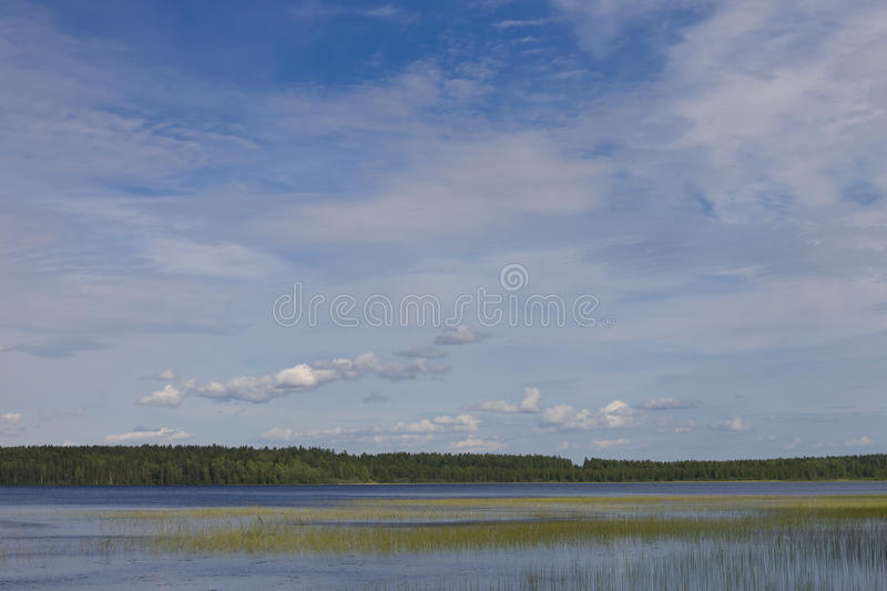Céu azul sobre o lago imagem de stock