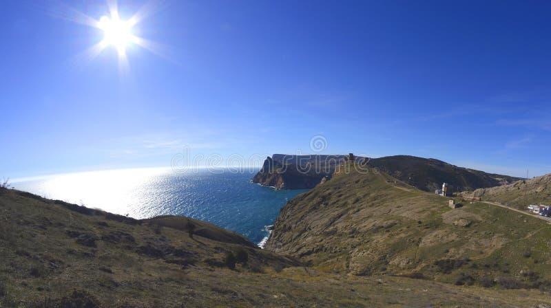Céu azul sobre o passa-montanhas imagem de stock