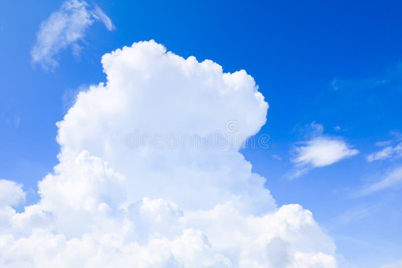 Céu azul vívido com a arte da nuvem da natureza bonita fotografia de stock