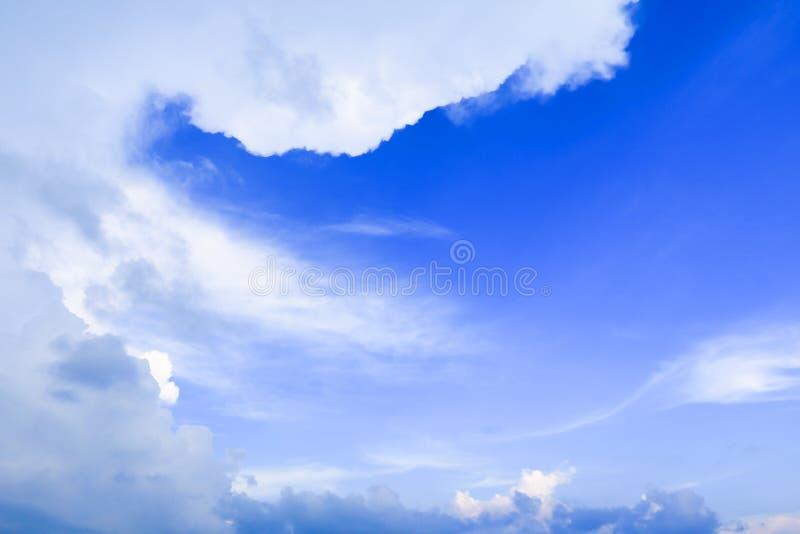 Céu azul vívido com a arte da nuvem da natureza bonita imagem de stock