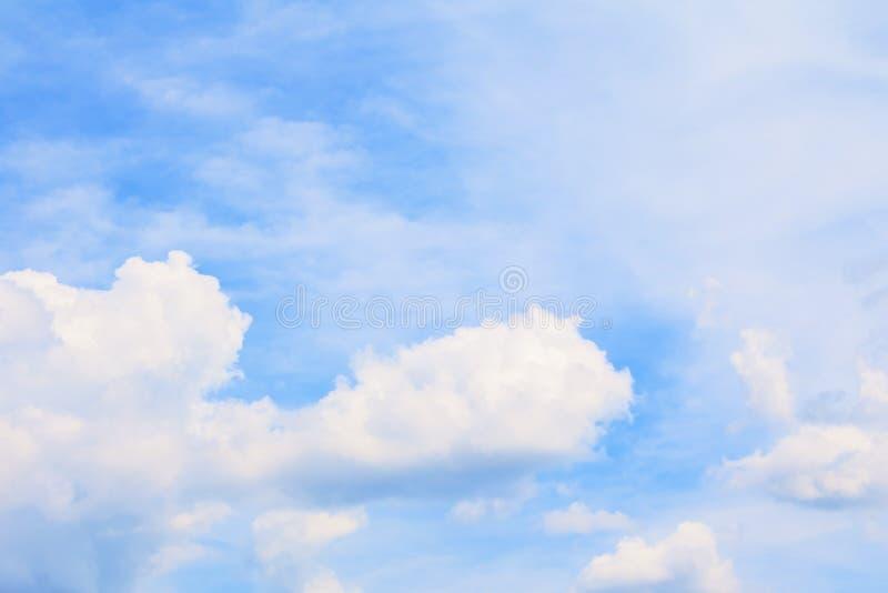 Céu azul vívido com a arte da nuvem da natureza bonita foto de stock
