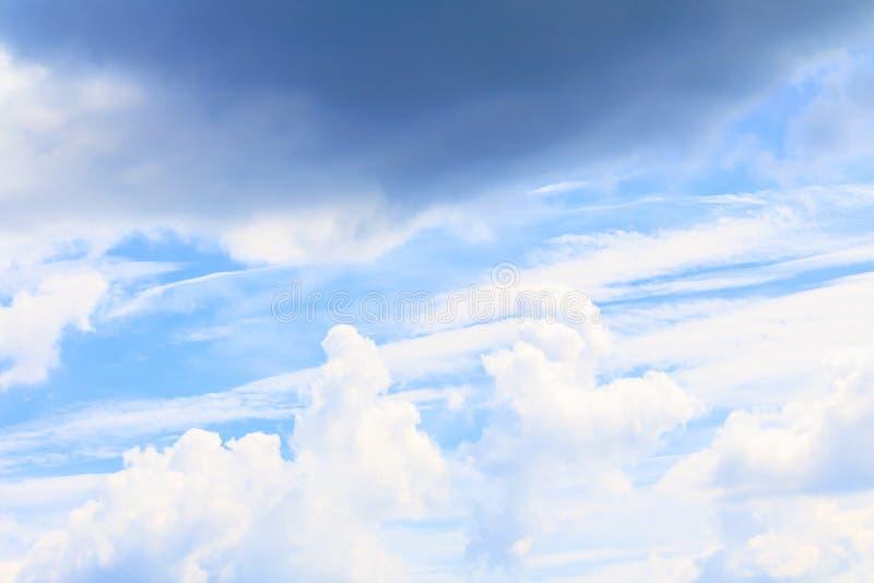 Céu azul vívido com a arte da nuvem da natureza bonita foto de stock royalty free