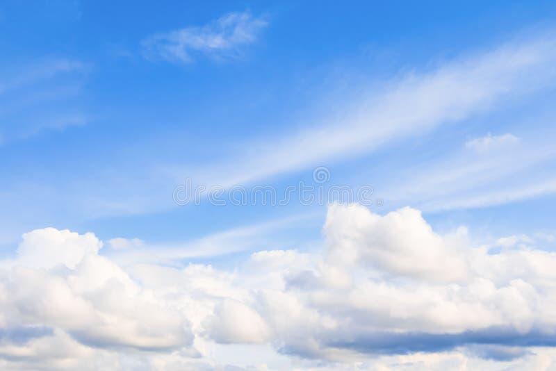 céu azul vívido com a arte escura da nuvem da natureza bonita fotos de stock royalty free
