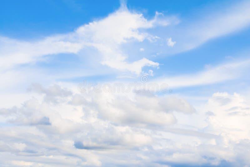 céu azul vívido com a arte escura da nuvem da natureza bonita imagens de stock royalty free