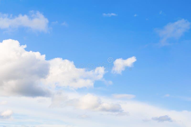 céu azul vívido com a arte escura da nuvem da natureza bonita imagem de stock royalty free