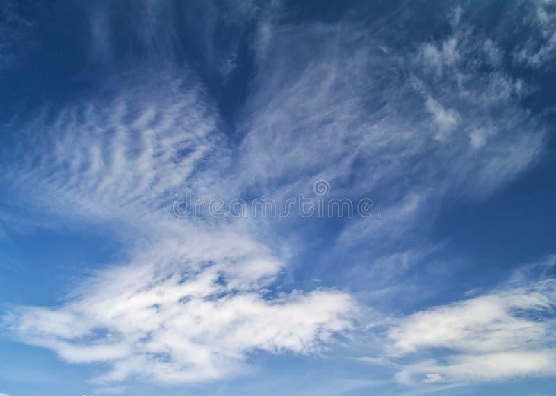 Céu azul vívido com nuvens bonitas fotos de stock