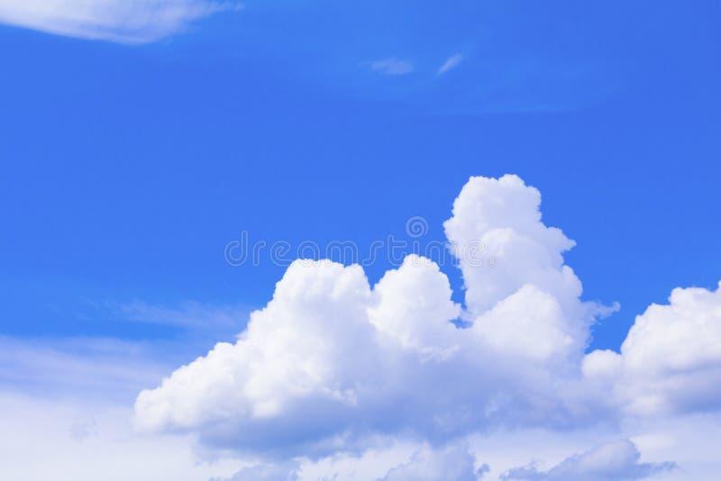 Céu azul vívido que tem o verão nebuloso a arte no fundo bonito da natureza com espaço da cópia adiciona o texto foto de stock royalty free