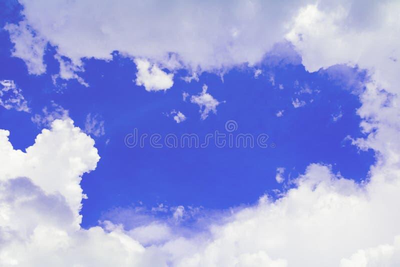 Céu azul vívido que tem o verão nebuloso a arte no fundo bonito da natureza com espaço da cópia adiciona o texto imagens de stock