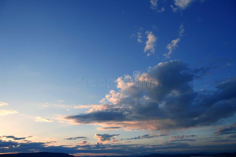 Céu azul vermelho dramático na noite do por do sol foto de stock
