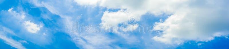 Céu azul vibrante vívido panorâmico bonito com nuvens brancas em um dia ensolarado foto de stock royalty free