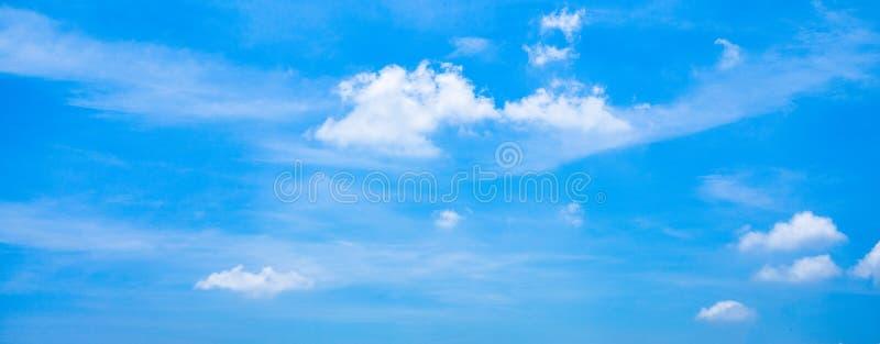 Céu azul vibrante vívido panorâmico bonito com nuvens brancas em um dia ensolarado fotos de stock royalty free