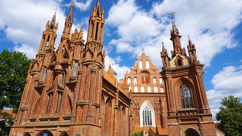 Céu bonito com as nuvens brancas na igreja do ` s de St Anne na cidade velha de Vilnius, Lituânia imagens de stock royalty free