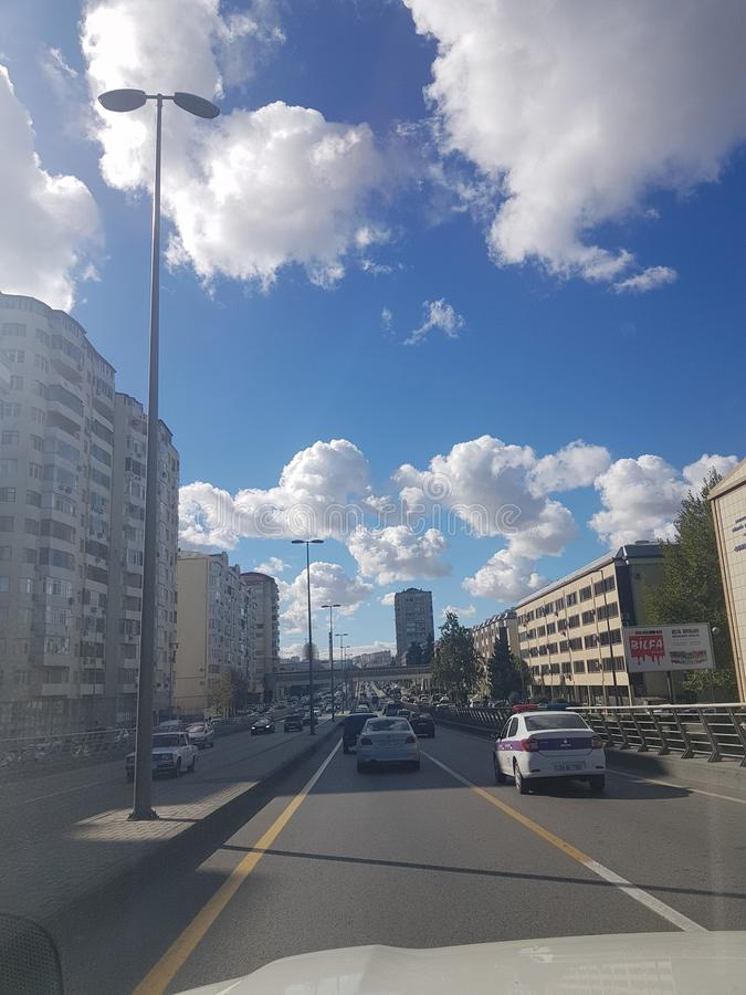 Céu bonito com as nuvens em Baku, vista do carro azerbaijan fotos de stock royalty free