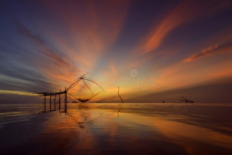 Céu bonito crepuscular na aldeia piscatória Tailândia imagem de stock