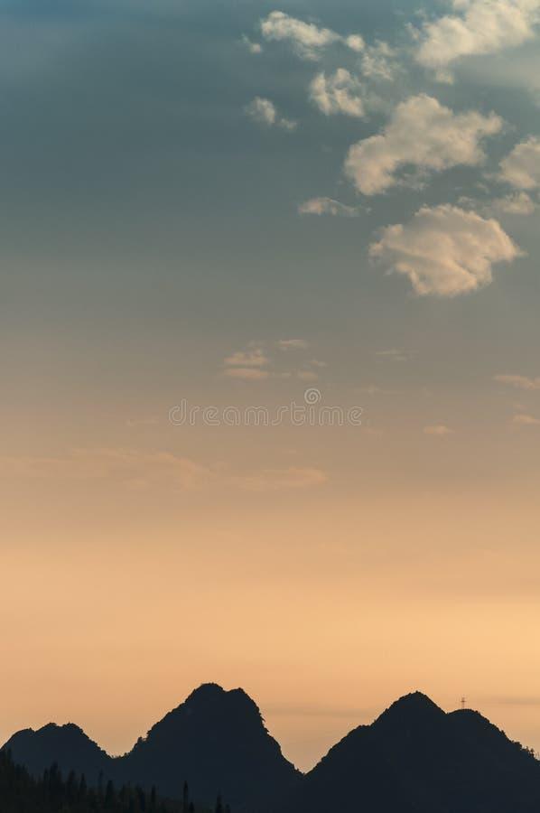 Céu bonito da montanha do esboço no por do sol foto de stock