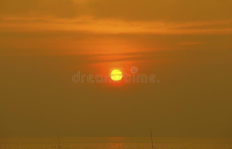 Céu bonito das cores brilhantes do nascer do sol do por do sol Colo alaranjado da nuvem do céu imagem de stock