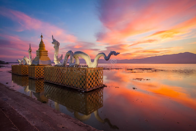 Céu bonito do por do sol no lago Phayao foto de stock