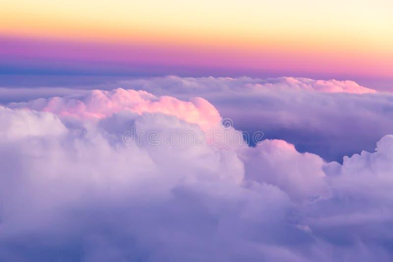 Céu bonito do por do sol acima das nuvens com luz dramática agradável Vista do indicador do avião imagem de stock