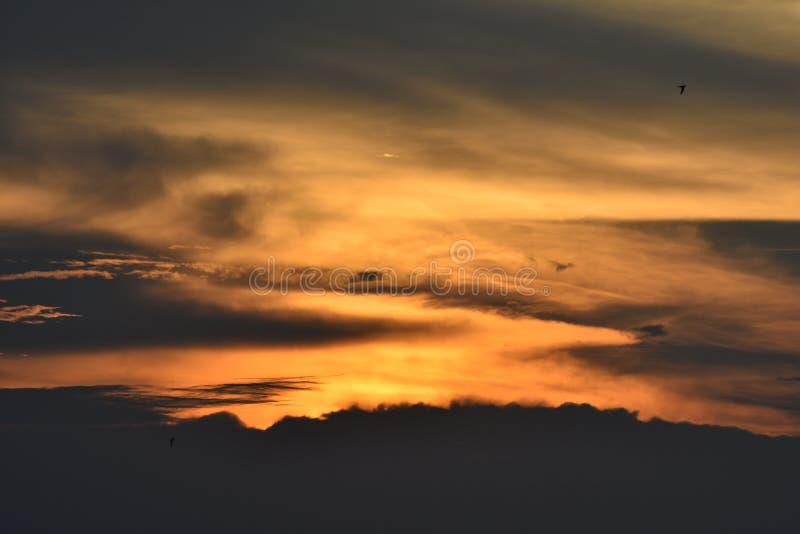 Céu bonito do por do sol, espelhado pela água no lago fotos de stock