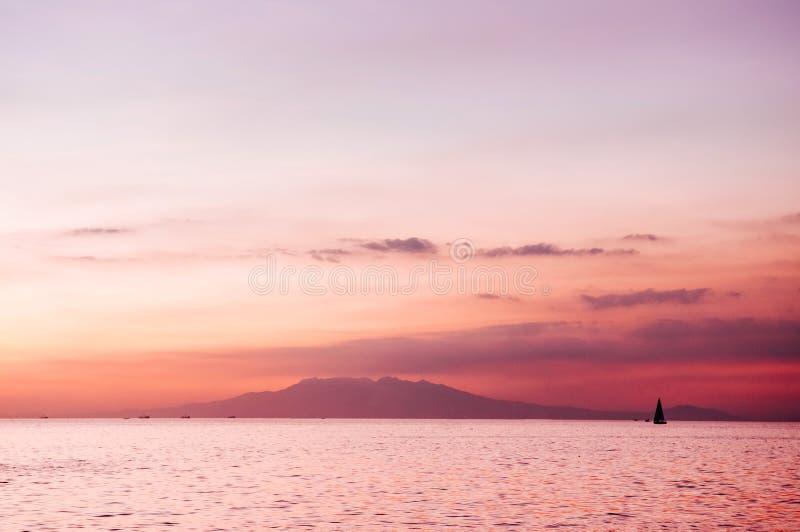Céu bonito do por do sol na ilha de Corregidor, Manila, Filipinas fotografia de stock royalty free