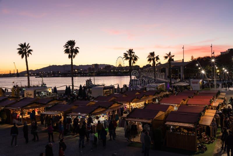 Céu bonito do por do sol no porto do porto na cidade de Malaga Andalusi imagem de stock royalty free