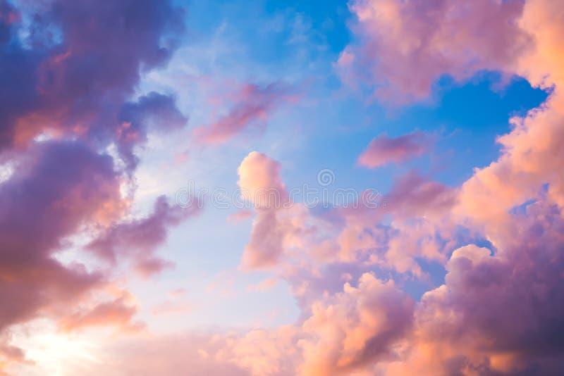 Céu bonito do roxo do por do sol imagem de stock royalty free
