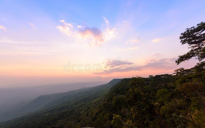 Céu bonito e por do sol em Pha Mak Duk Cliff fotografia de stock royalty free