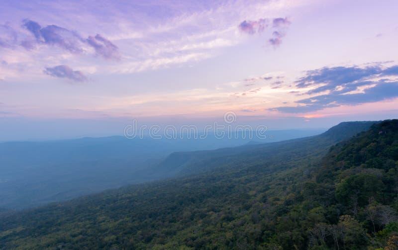 Céu bonito e por do sol em Pha Mak Duk Cliff, TAILÂNDIA fotos de stock