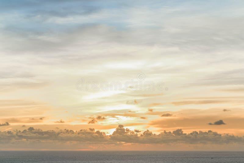 Céu bonito no por do sol foto de stock