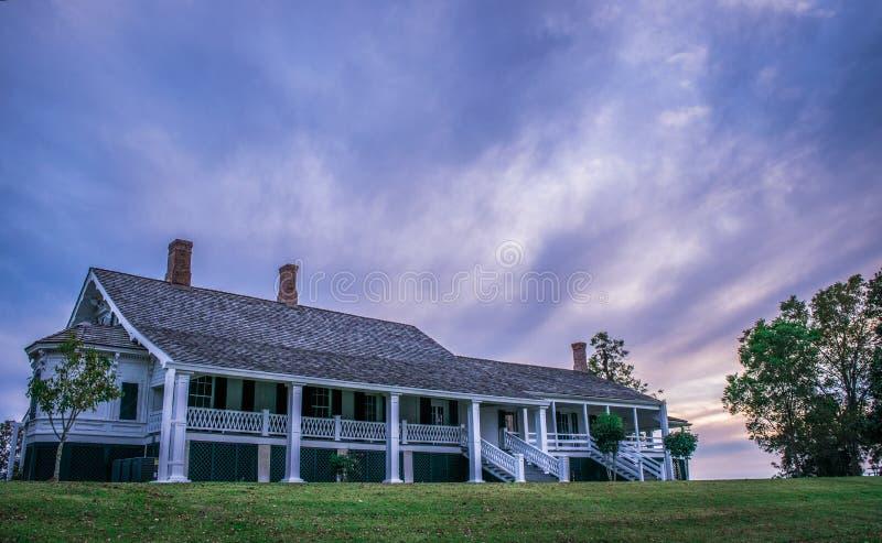 Céu bonito no por do sol sobre a casa Antebellum dos quartos de inverno foto de stock royalty free