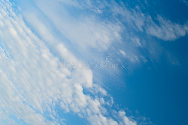 Céu cénico com nuvens brancas imagem de stock